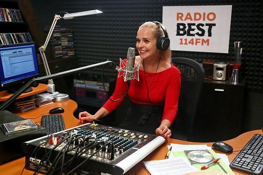 Její postava Sabina Borková je moderátorkou v rádiu.