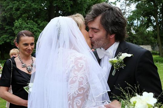 Manželský polibek byl vášnivý i v seriálu.