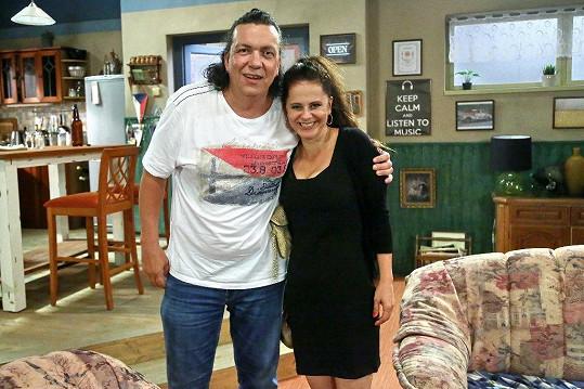 Laďka Něrgešová a Richard Genzer si zahráli v seriálu Ohnivý kuře.