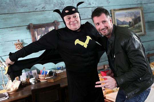 Bob Klepl se v seriálu Přístav převlékl za Batmana.