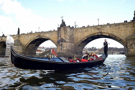 V italských Benátkách byli loni, letos se na gondole projeli v Praze.