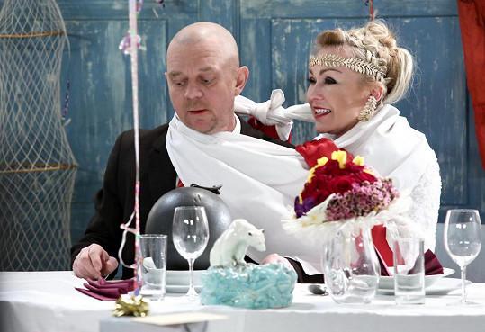 Kateřina Kaira Hrachovcová hraje v seriálu Přístav. Na snímku během své seriálové veselky s Petrem Čtvrtníčkem