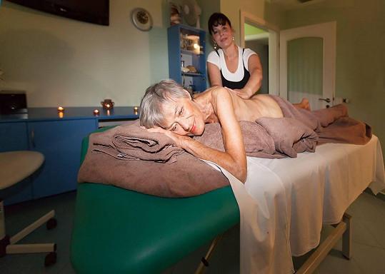 Luba Skořepová se ráda svléká. Nejinak tomu bylo i na masáži, kde ji museli přikrýt.
