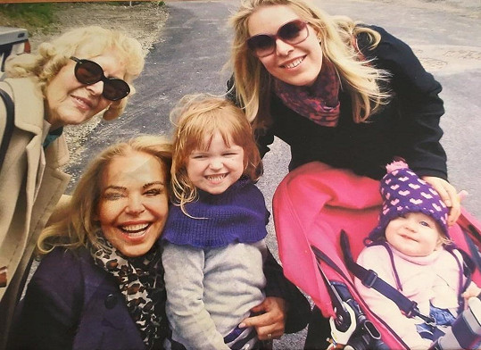 Před šesti lety v tento den pochovala také svoji maminku.