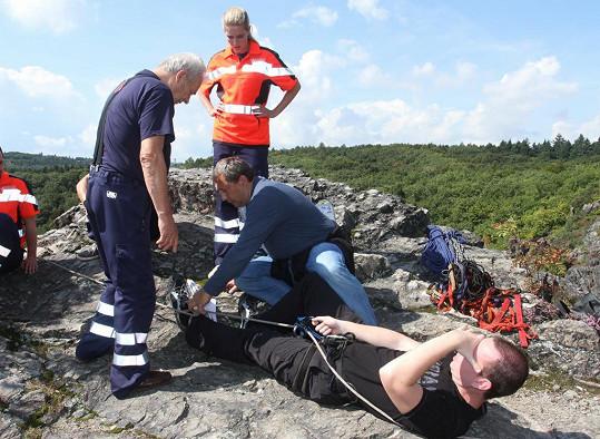 Jako záchranář pomáhá uvízlým lidem na skále.