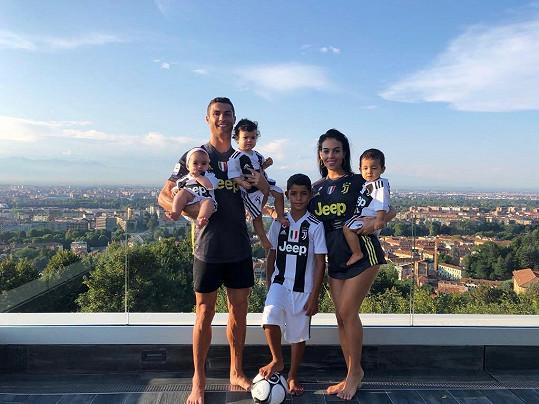 Cristiano Ronaldo se svou snoubenkou a čtyřmi dětmi