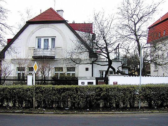 Jana Šulcová tráví čas ve svém domě ve Vokovicích, kde se mj. natáčel i film S tebou mě baví svět.