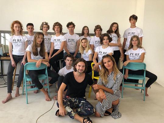 Finalistky a finalisté Pure model 2018 s ředitelem modelingové soutěže Romanem Holárkem a ambasadorkou Andreou Bezděkovou