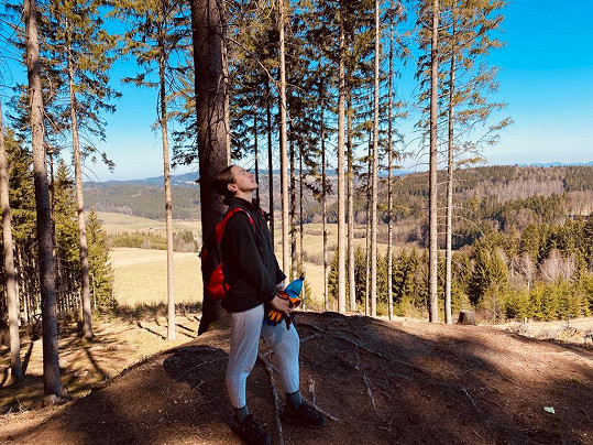 Kamila chodí na brigádu do lesa.