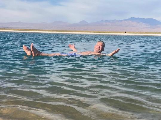 Háma si užíval v laguně se slanou vodou.