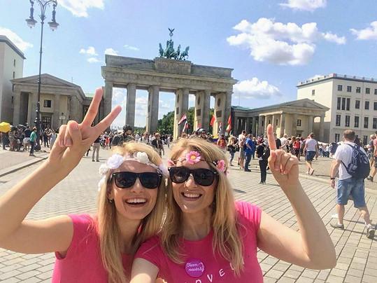 Blondýny v Berlíně, samozřejmě v růžových tričkách.