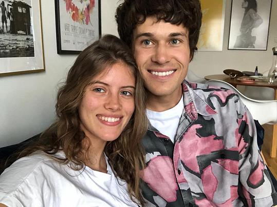 Bára pomáhá Albertovi s přípravami na televizní show.