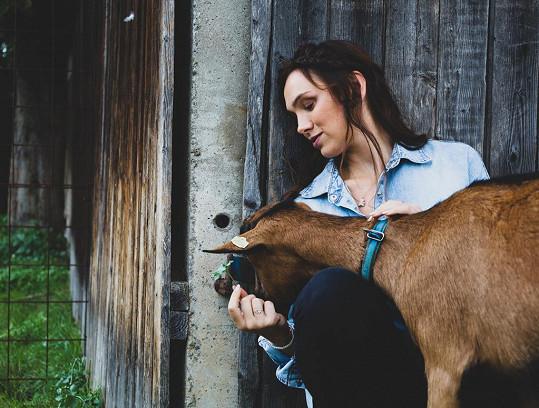 Zpěvačka pózovala pro charitativní kalendář s kozami.