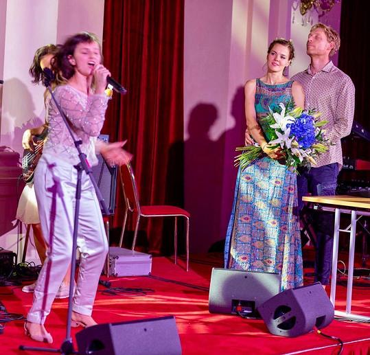 Oslavencům zazpívala mimo jiné Patricie Fuxová s uskupením Vesna.
