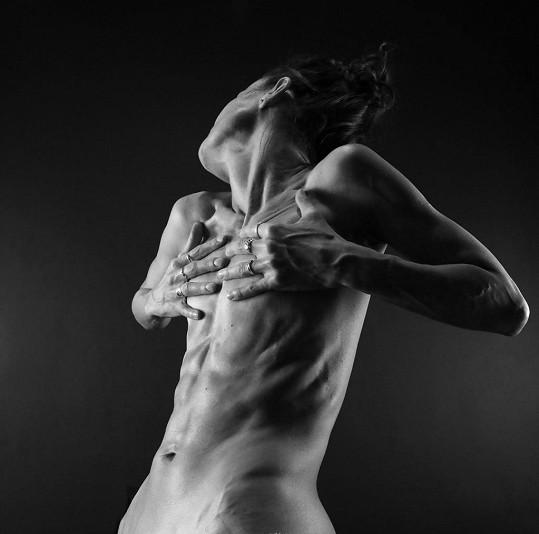 Známá tanečnice šla před objektiv zcela nahá.
