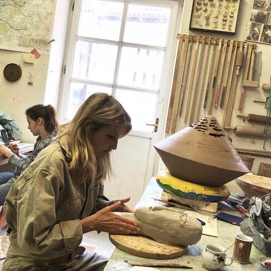 Tereza Maxová pravidelně dochází na kurzy do keramické dílny.