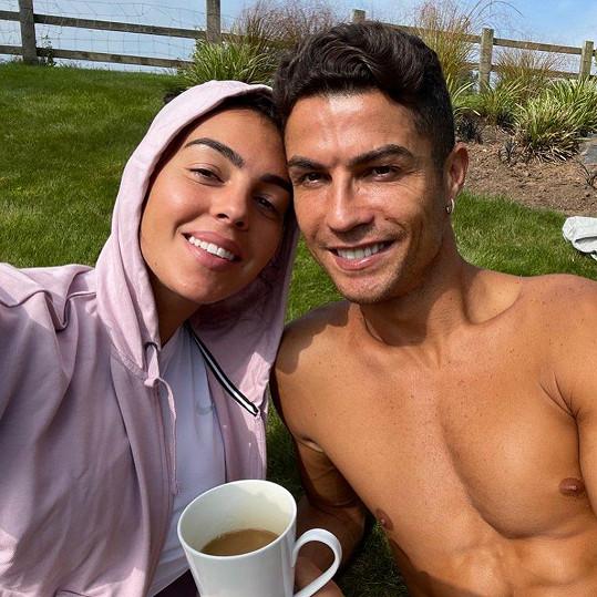 Cristiano Ronaldo si užívá s přítelkyní Georginou sluníčka i v Británii.