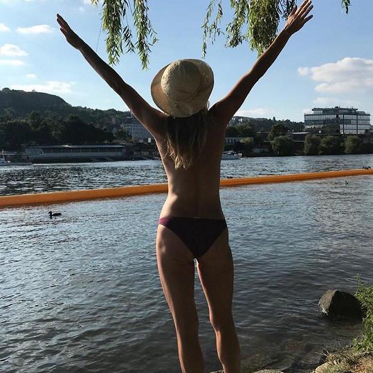 Anna Kulovaná se slunila u Vltavy.