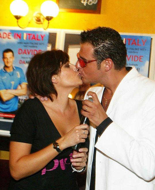 Davide v Česku zpíval třeba s Michalem Davidem nebo Ivetou Bartošovou. Jako první s ním spolupracovala Ilona Csáková.