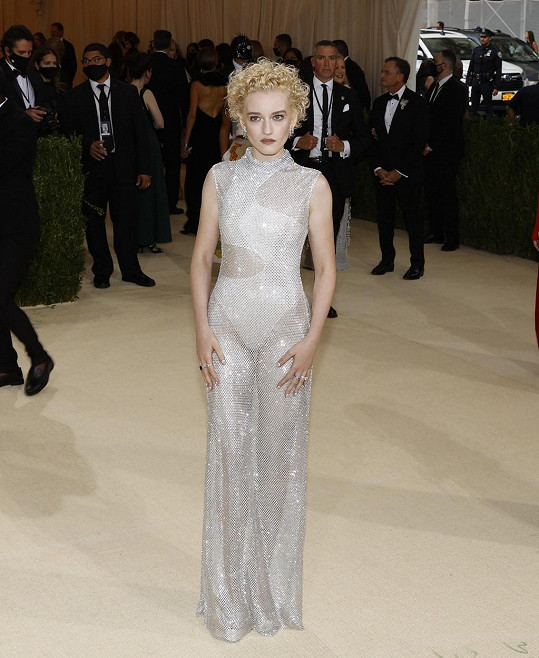 Pro herečku Julii Garner navrhla šaty Stella McCartney.