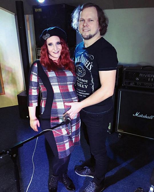 Bára se loni v létě provdala za kytaristu Michala Václavíka, se kterým teď čeká miminko.