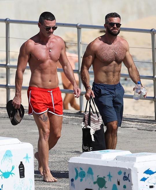 Evans se v lednu rozešel s fotbalistou Rafou Olarrem a nyní je vídán s tímto svalovcem.