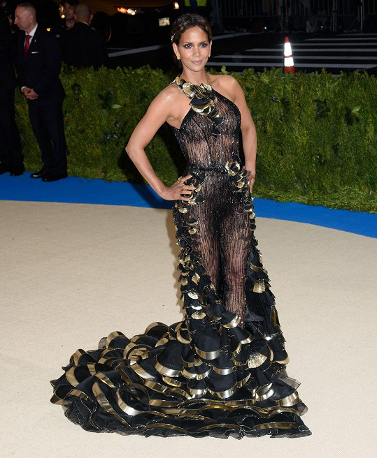 Halle Berry oblékla rafinovaný model.