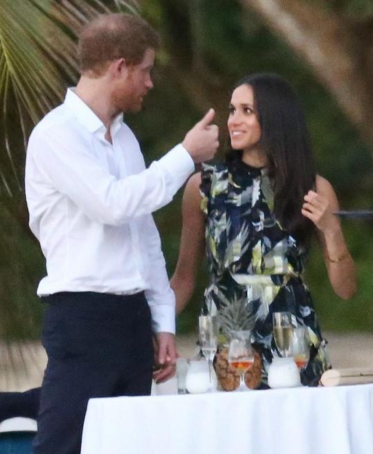Na svatbu Harry dorazil v doprovodu své přítelkyně Meghan Markle.