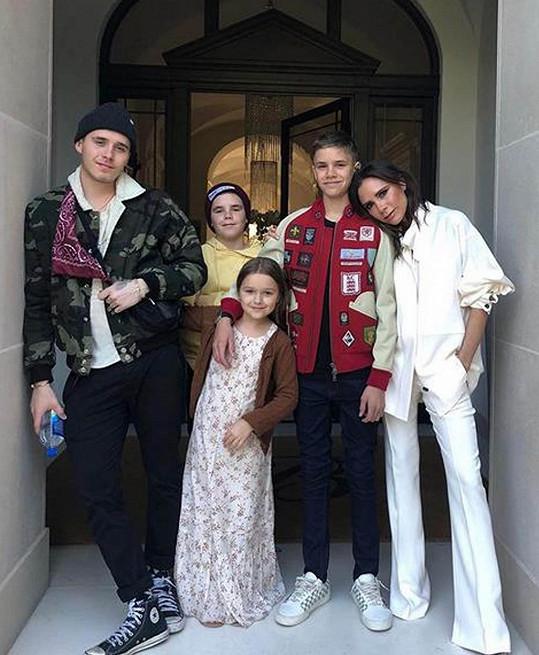 Drobná zpěvačka a návrhářka se svými čtyřmi dětmi.