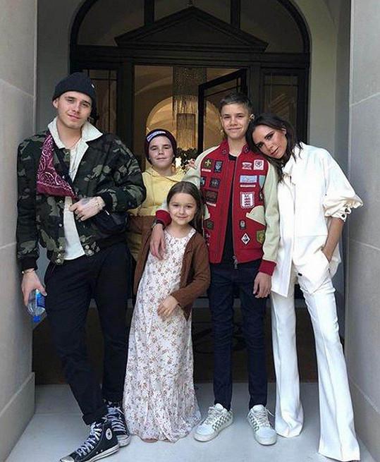 Beckhamovi vychovávají své děti láskyplně. Na snímku Victoria s dětmi Brooklynem (19, vlevo), Romeem (15, vpravo), Cruzem (13) a Harper (7).
