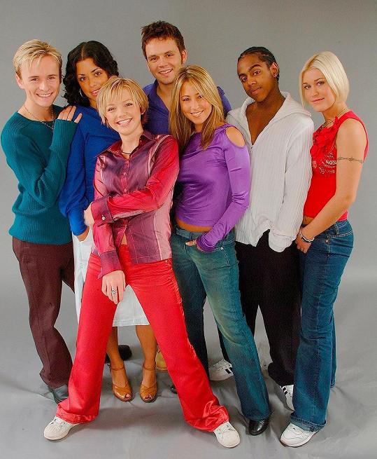 Kapela S Club 7 v době největší slávy. Tina je druhá zleva.