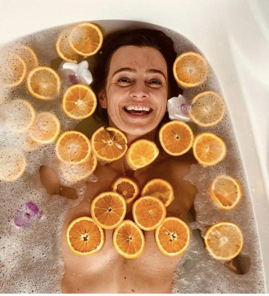 Ivana se zasypala plátky pomerančů a ponořila se do vany.
