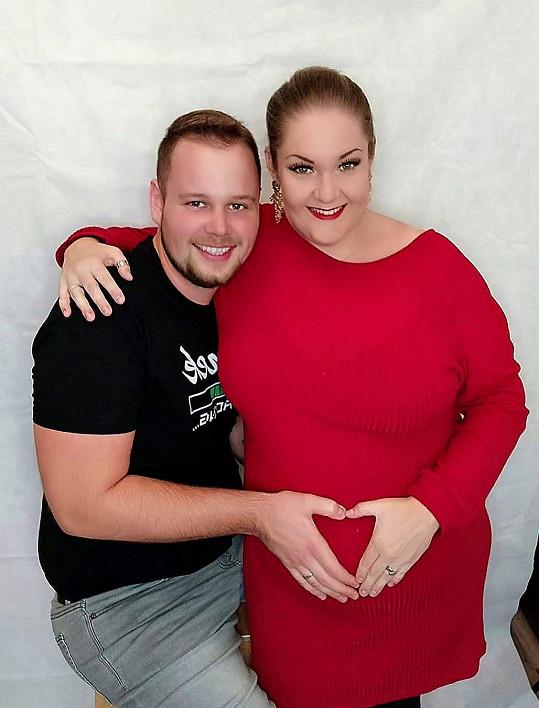 Těhotenství prý zvládá zpěvačka zatím dobře.