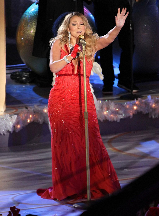 Mariah Carey přibrala, což zdůraznila nevhodným výběrem šatů.
