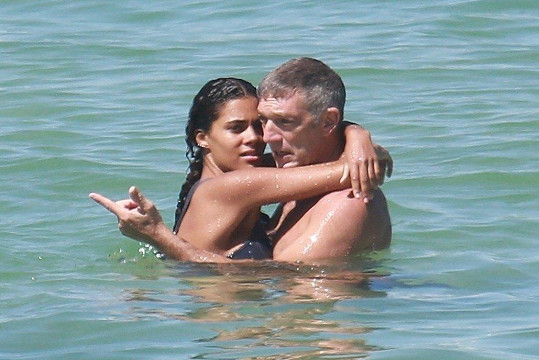 Vincent Cassel a Tina Kunakey vyrazili do Brazílie.