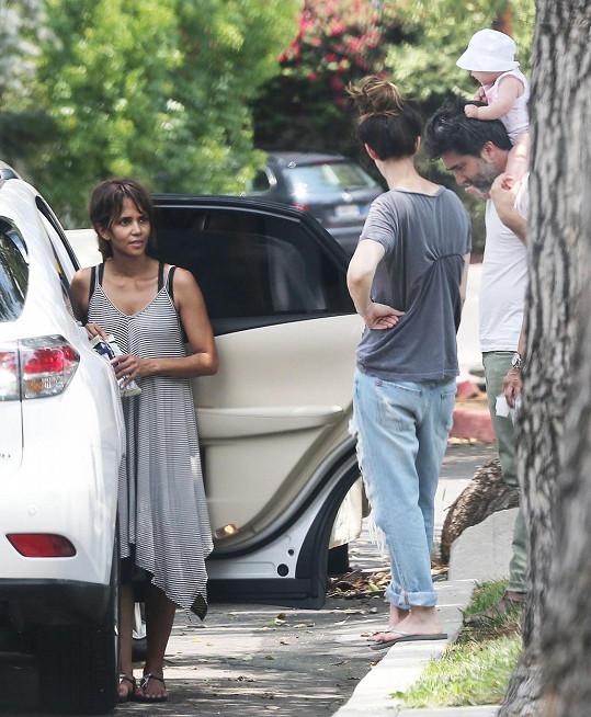 Halle Berry byla se synem na návštěvě u přátel.