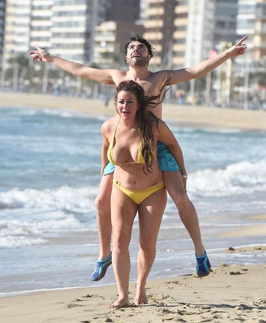 S kamarádem dováděla na pláži ve Španělsku.