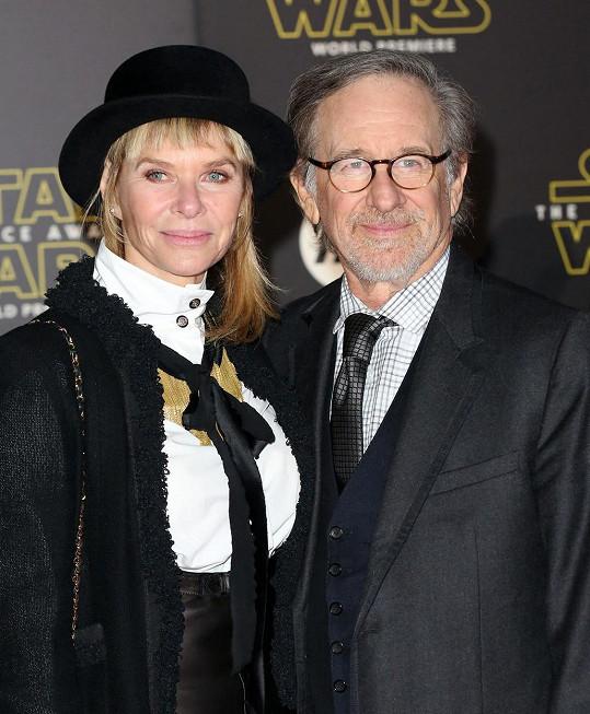 Kate Capshaw si zahrála s Harrisonem Fordem ve filmu Indiana Jones a Chrám zkázy.