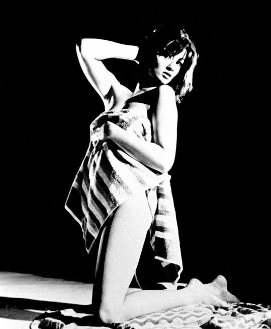 Christine Keeler se prosadila jako modelka.