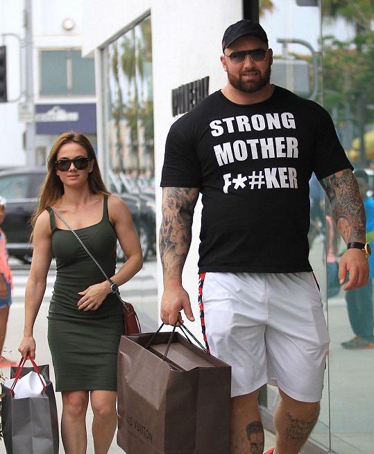 Hafþór s drobnou manželkou Kelsey Henson.