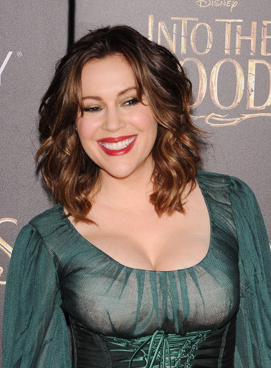 Herečka se dostavila na premiéru filmového muzikálu Čarovný les.