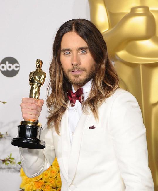 Jared Leto získal svou první sošku Oscara za vedlejší roli ve filmu Klub poslední naděje.