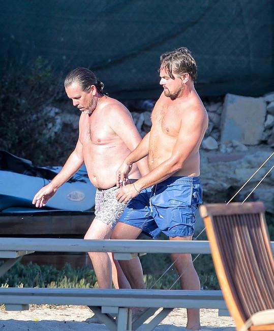 Leo s kamarádem po svlažení v oceánu.