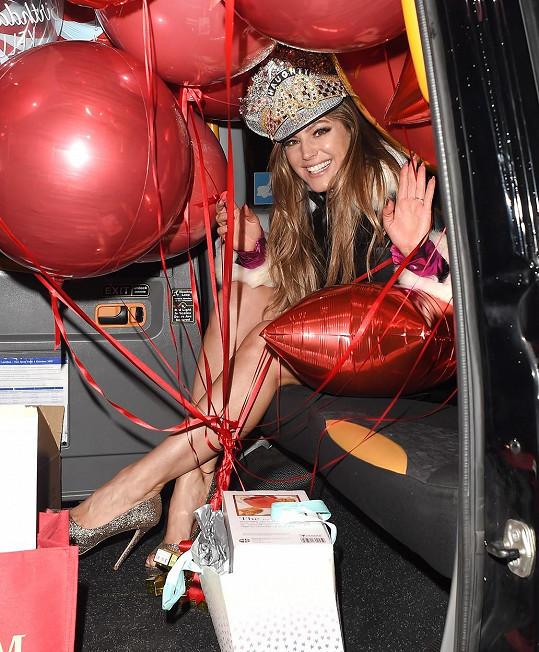 Kulatiny Brook oslavila s předstihem v rádiu Heart, odkud odjížděla obklopená dary.