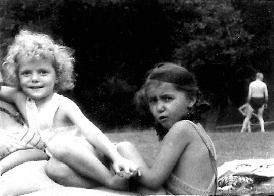 Unikátní fotka Hany Zagorové z rodinného archivu. To malé kudrnaté dítě je budoucí slavná zpěvačka.