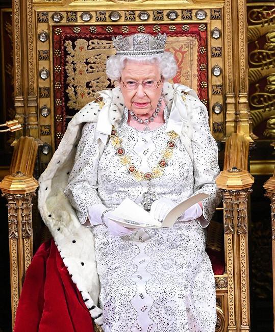 """Královna Alžběta II. prý svolala """"rodinnou poradu""""."""