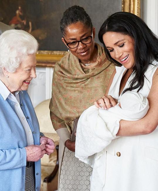 Královna prý chápe, že chce Meghan trávit Vánoce s matkou Doriou.
