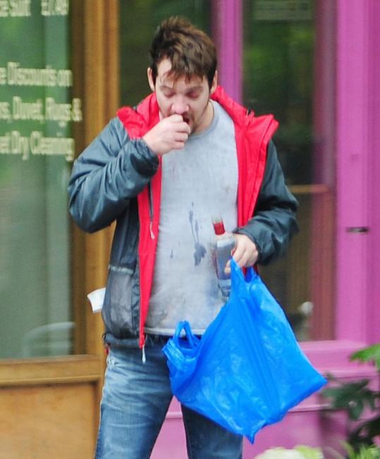 Jonathan Rhys Meyer si dal dávku vodky přímo na ulici.