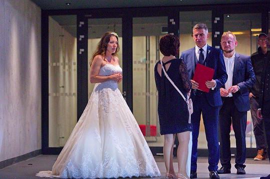 Takto to zpěvačce slušelo ve svatebních šatech.