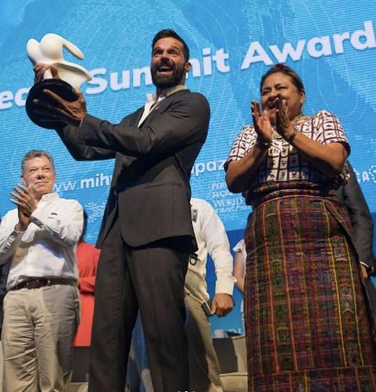 Ricky Martin převzal cenu za filantropii a podporu práv LGBTQ komunity.